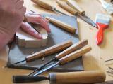 Petra Plestenjak Podlogar, izdelava lesenega modela za loški kruhek, foto: Katarina Sekirnik